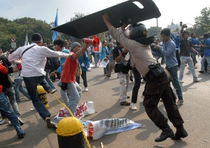 Bentrok polisi dan mahasiswa saat demonstrasi penolakan kenaikan harga BBM di Jakarta
