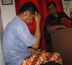 Muslim (43) tersangka yang menghamili anak kandungnya sendiri, saat memberikan keterangan kepada polisi di Mapolsek Belakangpadang, Sabtu ( 2/8/2008 ). Tribun/Nurul Iman