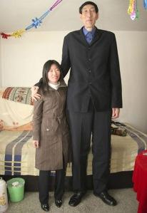 Manusia tertinggi nomor 2 di dunia, Bao Xishun (54), berpose dengan istrinya, Xia Shujian (27). Guiness World Records menyatakan Bao sebagai pemegang rekor manusia tertinggi di dunia karena Leonid Stadnyk asal Ukraina menolak diukur tingginya untuk dicatat di buku recor.