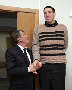 Manusia tertinggi di dunia, Leonid Stadnyk (37) berjabat tangan dengan Presiden Ukraina, Viktor Yuschenko (kiri).