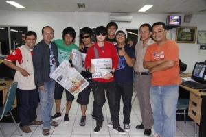 Personel Five Minutes mejeng dengan awak redaksi Tribun di ruang redaksi, Sabtu (29/11/2008)