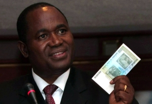Gubernur Bank Sentral Zimbabwe, Gideon Gono, menunjukkan pecahan 50 juta dolar Zimbabwe.