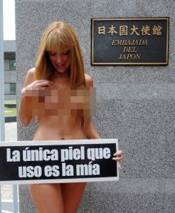 Vanessa Carbone bugil demi perlindungan ikan paus dan memprotes perdagangan kulit hewan secara ilegal.