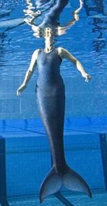 Nadya Vessey si Putri Duyung berenang di kolam  (dayli mail)