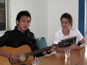 Dirly didampingi manajernya, Retno Fati Sanjaya, memetik gitar sambil bernyanyi di ruang rapat redaksi Tribun Batam.