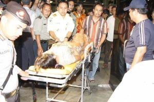 Evakuasi para penumpang Adam Air yang mendarat darurat di Bandara Internasional Hang Nadim, Batam, Senin ( 23/2/2009 ). Foto: Tribun Batam/Leonardo