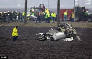 Mesin pesawat Boeing 737-800 Turkish Airlines terlempar 100 meter dari lokasi jatuhnya pesawat tersebut. (dayli mail)