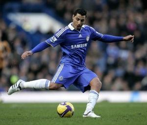 Ricardo Quaresma  hendak memberi umpan dalam debutnya membela Chelsea menghadapi Hull City pada Liga Premier di Stamford Bridge, Sabtu ( 7/2/2009 ). Pemain asal Portugal yang baru dipinjam dari Inter Milan, ini gagal membawa timnya meraih kemenangan. (AP/Akira Suemori)