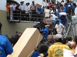 Para portir Pelabuhan Beton Sekupang berdesakan dengan penumpang, memaksa menaikkan barang dagangan ke atas KM Kelud, Rabu ( 11/2/2009 ).