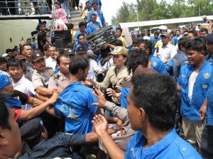 Polisi mengamankan seorang porter Pelabuhan Beton Sekupang yang terlibat kerusuhan, Rabu ( 11/2/2009 ).