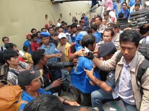 Wartawan Tribun Batam, Zabur (kanan), saat meliput aktifitas di Pelabuhan Beton Sekupang, Batam, Rabu ( 11/2/2009 ). Dia dan fotografer Nurul Iman menjadi bulan-bulanan puluhan porter di pelabuhan tersebut.