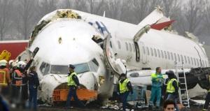 Pesawat Boeing 737-800 Turkish Airlines yang terhempas di dekat landasan pacu Bandara Schiphol, Amsterdam, Belanda, Rabu (25/2).