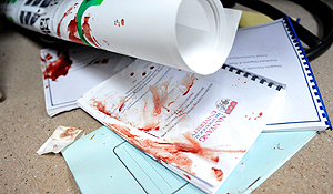 Paper berlumur darah di ruangan tempat David menyerang Prof Chan. (sumber:sda)