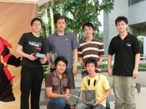 David Hartanto Widjaja (kiri) bersama rekan-rekan gamers-nya.