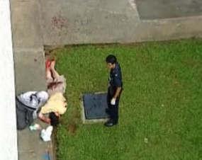 Jenazah David Hartanto Widjaja tergeletak bersimbah darah setelah melompat dari lantai 4 gedung kampus Nanyang, Singapura, Senin (2/3/2009) Foto: channelnewsasia.