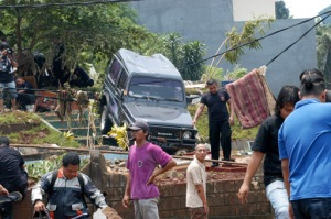 Mobil pun tersapu air bah dari ambrolnya bendungan Situ Gintung, Jumat (27/3) dinihari