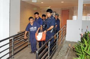Polisi mengevakuasi jenazah Zheng Zhou dari apartemennya.