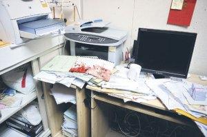 Ruang kerja Prof Chan berantakan. Ada paper berlumur darah.