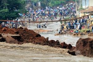 Petugas dan warga memenuhi lokasi bencana ambrolnya tanggul bendungan Situ Gintung untuk mencari korban tewas dan hilang (foto:ismanto)