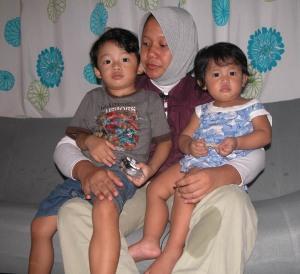 Prita Mulyasari memangku kedua anaknya yang masih kecil, setelah dibebaskan dari LP Wanita Tangerang, Rabu ( 3/6/2009 ). Foto:persda network