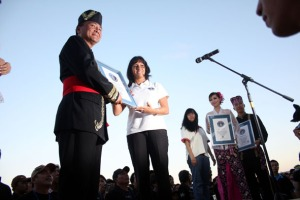 Juri GWR asal Inggris, Lucia Sinigagliesi (tengah), menyerahkan piagam rekor dunia kepada Kombes Benny Mamoto