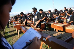 Permainan kolintang secara massal dalam pemecahan rekor dunia di Minahasa, Sabtu (31/10/2009). Foto:Dany Permana