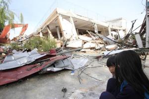 Bangunan ambruk akibat gempa 7,6 SR mengguncang Padang, Rabu (30/9/2009)