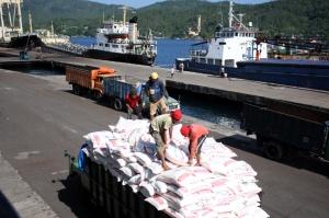 Aktivitas Bongkar Muat di Pelabuhan Bitung, Sulut.