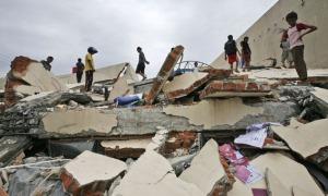 Gedung ambruk akibat guncangan gempa 7,6 skala Richter di Padang, Sumatera Barat, Rabu (30/9/2009).