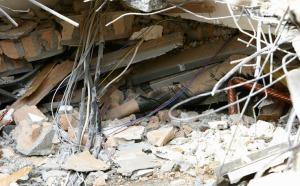 Jenazah tertimbun reruntuhan bangunan akibat guncangan gempa 7,7 SR di Padang, Sumatera Barat, Rabu (30/9/2009).