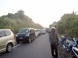 Kemacetan yang mencapai sekitar satu kilometer akibat kecelakaan lalu lintas di jalur Ring Road, Manado, Sulawesi Utara.