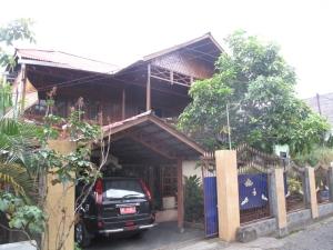 Rumah kayu bernuansa etnik Minahasa. Rumah kayu seperti ini lebih tahan gempa dan relatif lebih aman bagi penghuninya bila terjadi gempa bumi.