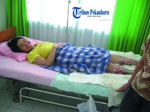 Sari Selamat setelah tertimbuh selama 42 jam di bawah reruntuhan gedung akibat gempa bumi 7,6 skala Richter yang mengguncang Sumatera Barat, Rabu (30/9/2009)