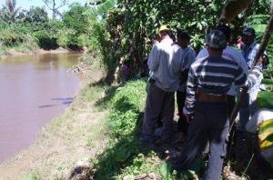 Warga berdiri di tepian Sungai Santan, tempat Beddu diterkam buaya raksasa. (TRIBUN KALTIM/DOHANG)