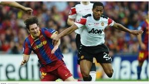 Lionel Messi (kiri) berduel dengan Antonio Valencia pada laga final Liga Champins di Stadion New Wembley. London, Inggris, Sabtu (28/5/2011). Sumber foto: FIFA.com