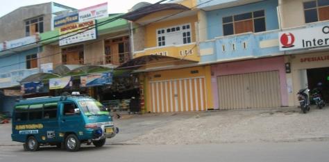 Bemo alias angkutan kota di Kupang. Full musik dan full aksesories. (eddy mesakh)