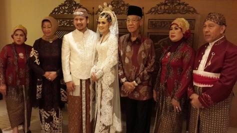 FOTO BERSAMA - H Muhammad Sani (berpeci hitam) foto bersama pasangan pengantin dalam acara pernikahan di Singapura, Selasa (29/12/2015) siang. (Foto: istimewa).