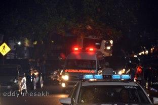 Ambulance membawa jenazah Gubernur Kepri, Drs HM Sani menuju rumah duka di Kota Tanjungpinang, Jumat (8/42016) malam. (foto: eddy mesakh)