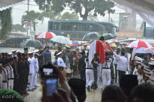 Para anggota TNI dari berbagai satuan mengusung peti jenazah Gubernur Kepri Drs HM Sani menuju mobil jenazah untuk selanjutnya menuju lokasi penguburan di Taman Makam Pahlawan di KM5 Kota Tanjungpinang, Sabtu (9/4/2016) Foto: eddy mesakh.