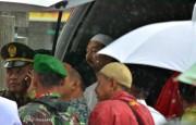 HR Amos, kerabat Alm HM Sani, ikut bersama mobil jenazah yang akan berangkat menuju Taman Makam Pahlawan, Sabtu (9/4/2016). Foto: eddy mesakh.