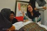 Riny Fitrianti, putri almarhum Drs HM Sani, duduk di sisi jenazah sang Ayah di rumah duka, Jumat (8/4/2016) malam. HM Sani meninggal karena sakit, di RS Abdi Waluyo, Jakarta, Jumat 8 April 2016 . Foto: eddy mesakh.