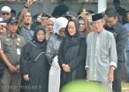Keluarga Almarhum Drs HM Sani saat upacara penguburan di Taman Makam Pahlawan Batu 5, Tanjungpinang, Sabtu (9/4/20160. Foto: eddy mesakh