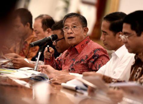 Menko Perekonomian Darmin Nasution (tengah) bersama Presiden Joko Widodo (kanan) saat mengumumkan Paket Kebijakan Ekonomi XII di Istana Kepresidenan, Jakarta, Kamis (28/4/ 2016).