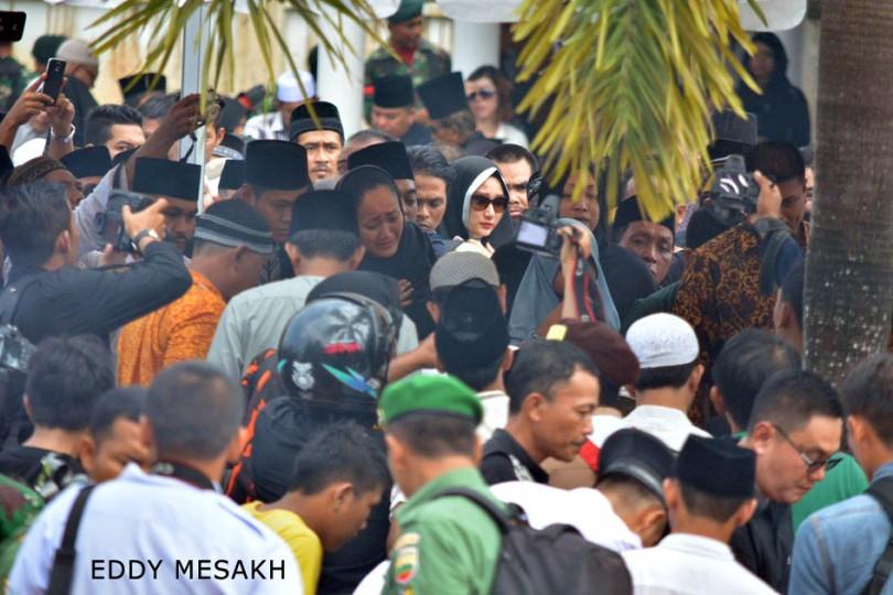 Pemakaman jenazah Gubernur Kepri Drs HM Sani di Taman Makam Pahlawan Tanjungpinang dihadiri ribuan orang, Sabtu (9/4/2016). Foto: eddy mesakh.