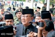 Menteri Dalam Negeri Tjahjo Kumolo memberikan keterangan pers usai prosesi pemakaman jenazah Gubuernur Kepri HM Sani di Taman Makam Pahlawan Km 5, Kota Tanjungpinang, Sabtu (9/4/2016). Foto: eddy mesakh.
