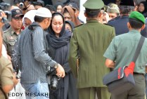 Rini (jilbab hitam) saat upacara pemakaman ayahanda HM Sani di Taman Makam Pahlawan, KM 5, Kota Tanjungpinang, Sabtu (9/4/2016). Foto: eddy mesakh