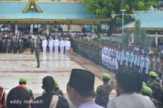 Upacara militer dalam prosesi pemakaman Gubernur Kepri HM Sani di Taman Makam Pahlawan, KM 5, Kota Tanjungpinang, Sabtu (9/4/2016)., Foto: eddy mesakh