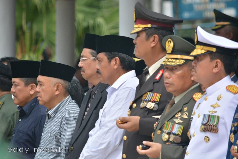 Wagub Kepri Nurdin Basirun (baju putih) mengikuti upacara militer saat penguburan jenazah Gubernur Kepri HM Sani di Taman Makam Pahlawan KM 5 Tanjungpinang, Sabtu (9/4/2016). Foto: eddy mesakh)